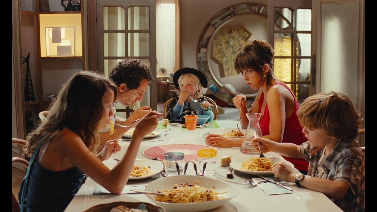 シャルロットの家でシャルロットと子供たちと食事をするサシャ