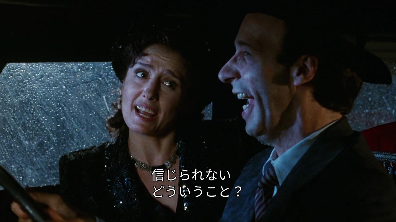 ドーラが乗り込んだ車にはいるはずのないグイドがいて驚くシーン