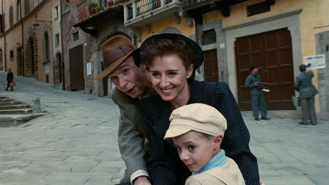 グイド、ドーラ、ジョズエが坂道を自転車で下るシーン
