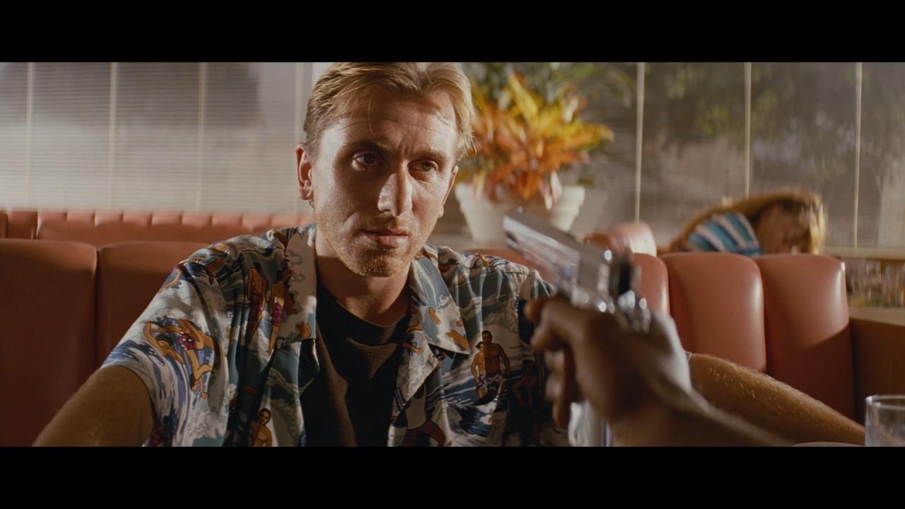 銃を向けられるティム・ロス演じるパンプキン