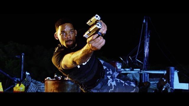 横っ跳びしながら2丁拳銃で狙うマイク