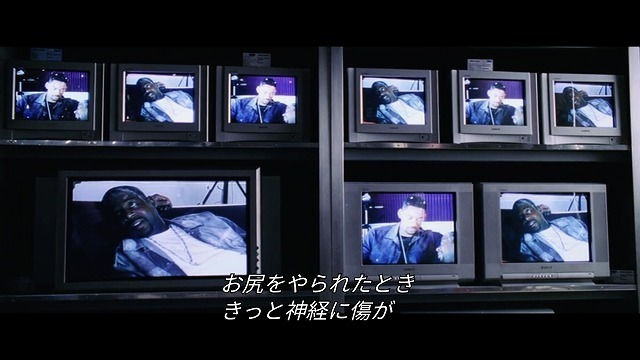 たくさん並ぶスクリーンにマーカスが映る