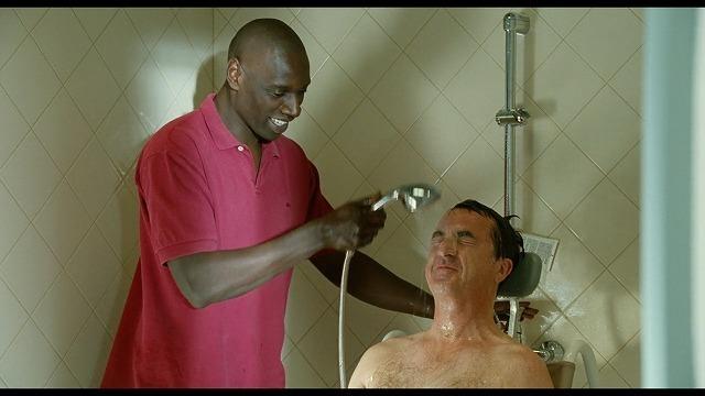 ドリスがフィリップの頭を洗ってやっている