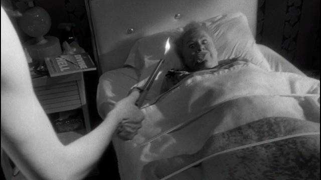 マロリーが母に灯油をかけ火をつけようとするシーン