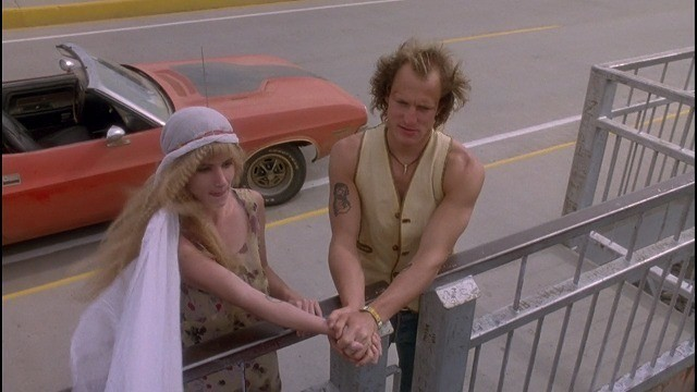 橋の上で永遠の愛を誓うミッキーとマロリー