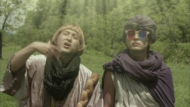 仏のお告げを聞くヨシヒコとメレブ