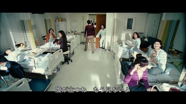 病室でベタな韓国ドラマにみんなが不満を言うシーン