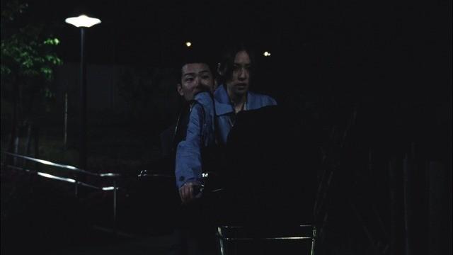 自転車に二人乗りする真紀と宮田