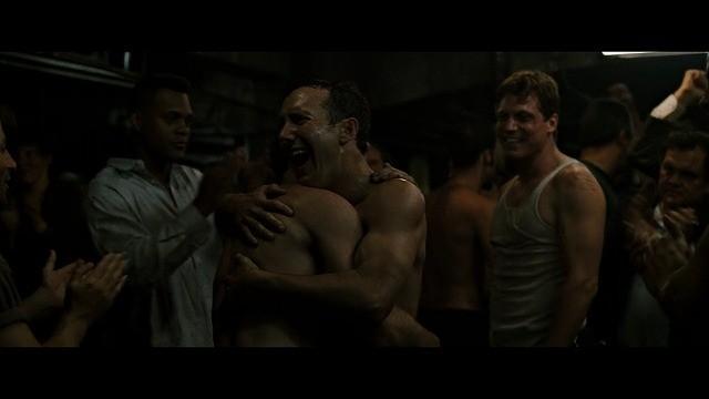 地下のファイトクラブで戦う男たち