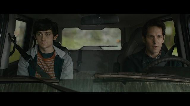 旅のはじまりのシーン。ベンと不安そうなトレバー