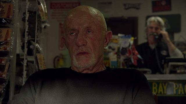 ネットフリックスオリジナルドラマ ベターコールソウル マイクが自動車修理工場で待つ
