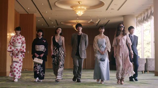 ドラマ 百万円の女たち パーティへ向かう道間と5人の女たち