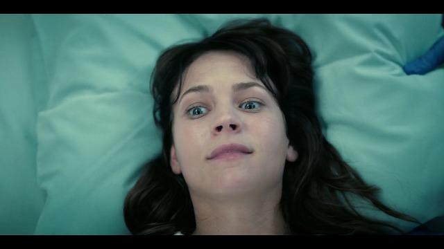 ネットフリックスオリジナルドラマ ガールボス ヘルニアの手術で朦朧とするソフィア